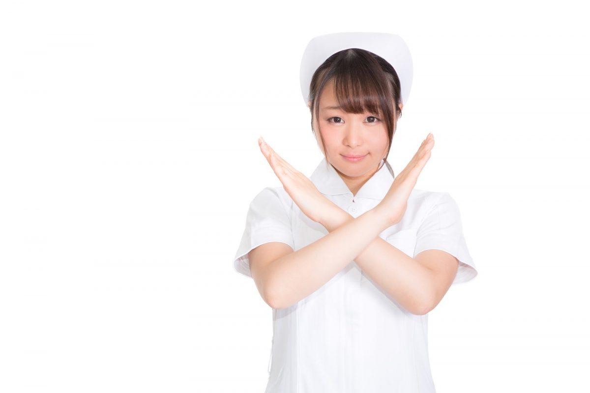 バツを出す看護婦