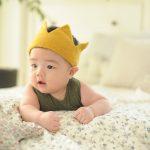 王冠をかぶった赤ちゃん