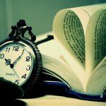 本と時計の画像